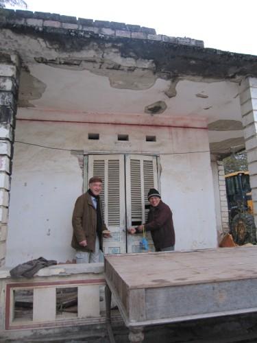 Michel Ferlus et Trần Trí Dõi visitant en 2014 la maison où ils avaient été hébergés lors de l'enquête linguistique qui avait abouti à la redécouverte de l'écriture Lai Pao, dans les années 1990
