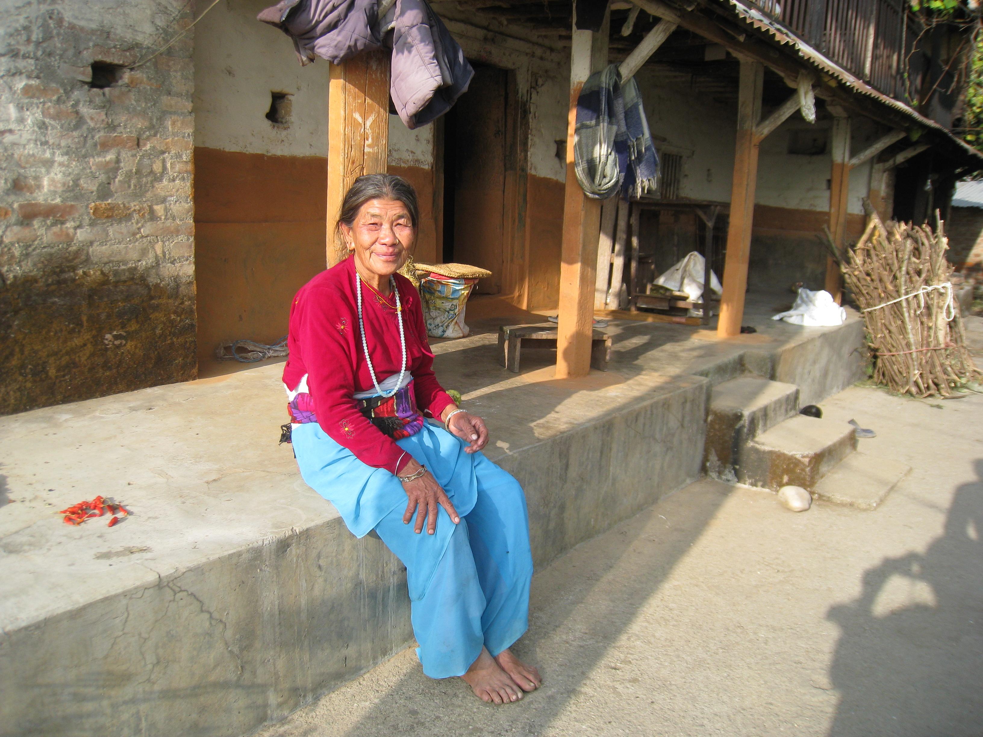 Une informatrice devant sa maison traditionnelle au village de Taglung